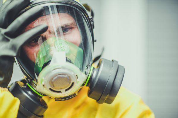 Szakszerű fertőtlenítés ózonnal, védőfelszerelésben